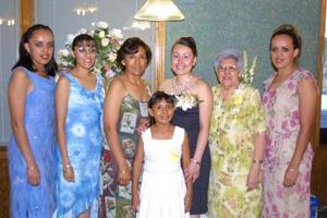 Susana Elizabeth Medina junto a las anfitrionas de su fiesta de despedida.