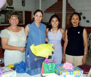 Saida Aydin Hijar fue agasajada con una fiesta de canastilla, con motivo del cercano nacimiento de su bebé, la acompañan familiares asistentes al convivio.