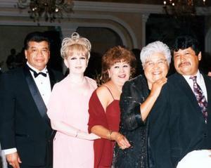 Gustavo, Elia, Estela, Laura y Luis Ávila quienes disfrutaron de una grata velada en la boda de Gustavo Ávila y Haydeé Rivas.