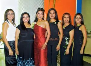 Ninfa Rodarte acompañada de Adriana de Strain, Verónica de Acosta, Laura Rodarte García, Eva de Cabrera y Zorayda Cabrera Rodarte, asistentes a su despedida de soltera