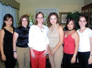 Patricia de la Torre Dillón en la fiesta de despedida que  le ofreció Karol Iza, en la que además estuvo acompañada de Pily, Alina Yen, Rina Gilio y Susana Castil.