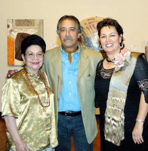 Rosita Guerrero de De Alvaro, Ismael  Guardado y una asistente a la ceremonia inaugural.