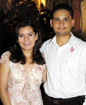 Zaida Padilla Ortiz y Omar Vázquez Dominguez contraerán matrimonio ek dos de agosto y fueron despedidos de su vida de solteros.