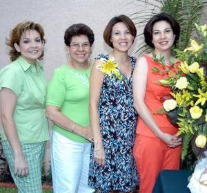 Claudia de Martins con las anfitrionas de su fiesta de canastilla, Celia de Cuevas, Carla de Ramírez y Cristina de Gutiérrez.