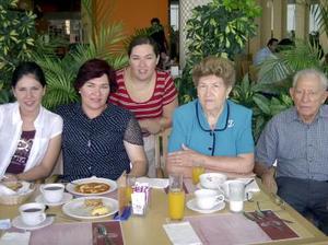 Con un convivio en un restaurante de la ciudad festejaron a Andrea Arreola por su viaje a Europa, la acompaña su mamá, tía y abuelos.