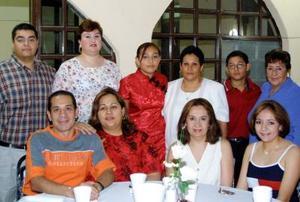 Gloria Mayela Esparza Saucedo con familiares asistentes a la fiesta de cumpleaños que le ofrecieron sus papás Jorge Espazrza Wong y Gloria S. de Esparza. La joven recibió numerosos obsequios y felicitaciones.
