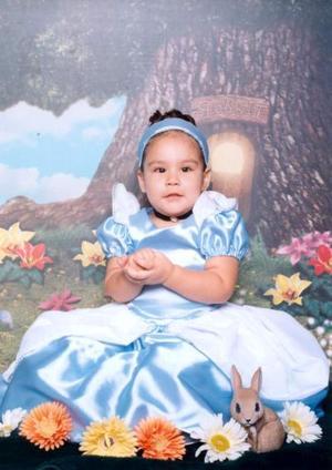 Niña Andrea Vergara Gómez en una fotografía de estudio con motivo de sus dos años de vida. Es hija de los señores Alberto Vergara Tzoni y Lorena Gómez Vélez.