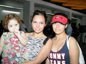 Ale Martínez, Ana Lucía Román y la niña Paulina Rady viajaron a Mazatlán, en plan de paseo.