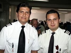 Alejandro Escamilla y Ernesto Valdés, pilotos aviadores que de trasladaron a Mazatlán