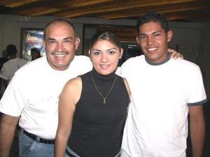Carla Rodríguez viajó a Tijuana en plan vacacional, la despidó su papá Claudio Rodríguez y su hermano Máximo Rodríguez.