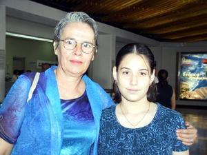 Rocío Lazalde viajó a Tijuana para visitar a su hija, en el aeropuerto la despidió su sobrina Eunice Lazalde