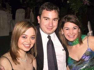 Gloria Amalia González, Roberto González y Larisa Calderón de González.