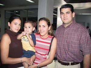 Marcela Baille de Villalobos, Astrid Baille Berlanga y Mauricio Villalobos viajaron a Cancún en plan vacacional .