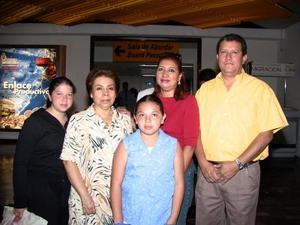 María Victoria Zapata de García y sus nietas Verónica y Paola Rivera García regresaron a México. Las despidieron Laura Zapata y Jorge Rodríguez.