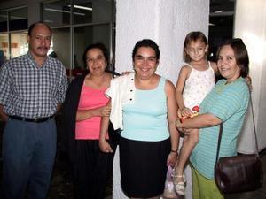 Retornaron a México, Antonia Herrera y Judith de Loera, quienes fueron despedidas por María del Rayo, Conrado y Andrea del Real.