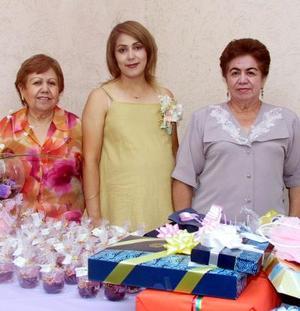 Jacqueline Duarte de Luna acompañada de Lucy Favela de Duarte y María del Socorro Guzmán de Luna, organizadoras de su fiesta de canastilla.