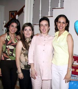 Miriam Tricio de Treviño acompañada de Miriam, Issa, Laura Carlos y Nancy Mireles, en su fiesta de canastilla.