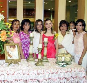 Señorita Ana Lucy Suárez en su primera despedida de soltera, la acompañan su mamá Lolis de Suárez, Bertha, Enriqueta, Sandra, Liliana Suárez y la niña Paulina Luévanos.