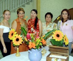 Verónica con las anfitrionas de su despedida de soltera, su mamá María Elena Duarte, Vanessa Leo, su futura suegra Gloria Torres de Ponce y Nidia Ponce Torres.