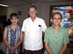 Emilio y Graciela Reyes regresaron a la ciudad de Tijuana, después de visitar a su familia, fueron despedidos por Carmen Reyes de Carrillo.