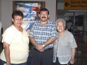 María Leyva Rodarte retornó a Tijuana luego de vacacionar en la Laguna, la despidió Carmen de Palacios y Arturo Palacios.