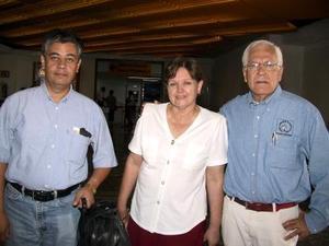 Para asistir a un congreso viajaron a Veracruz, Gustavo Flores y Jesús Orduña, fueron despedidos por Ana María Muñiz de Orduña.