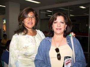 Sofía de Ávalos y Adriana Ávalos de Barra fueorn captadas en la sala del aeropuerto local, en espera de un familiar.