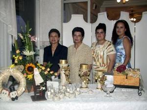 Alina Tirado con un grupo de damas organizadoras de su primera despedida de soltera, ellas son, Laura de Tirado, Carmen Maldonado y Yanina de Tirado.