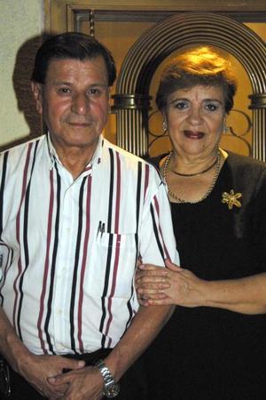 Joel Santibañez y Yolanda de Santibañez celebraron el 45 aniversario de su matrimonio con un convivio familiar.