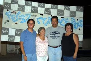 Un escenario alusivo al automovilismo, se montó en la fiesta sorpresa de Sergio Ramírez, quien aparece acompañado de su esposa Mary Carmen Guajardo, Carmen Acuña y Fernando Bravo.