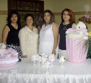 Mónica Castañeda fue agasajada con una fiesta de canastilla, ofrecida por Diana de Estrada, Blanca de Echavarría y María Luisa de Castañeda.