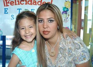 Estéfany Murra Juárez con su mamá Aurora Juárez.
