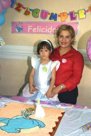 Con un elegante vestido de 'la Cenicienta', Frida Sofía Escobedo acudió a la fiesta que le ofreció su mamá Angélica Hernádez de Escobedo por su cuarto aniversario de vida.