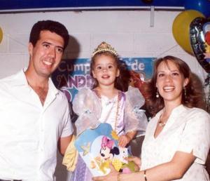 Andrea Zermeño Velarde con sus papás Jorge Zermeño González y Ana Velarde de Zermeño en la fiesta que le ofrecieron por su tercer aniversario de vida.