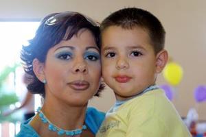 Beatriz González Sifuentes con su hijo Víctor González en un convivio infantil.