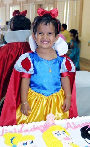 Muy bonita lució vestida de Blanca Nieves, la niña Alessandra Tabares Sifuentes en la fiesta que le prepararon sus papás Alejandro Tabares y Sandra Sifuentes.