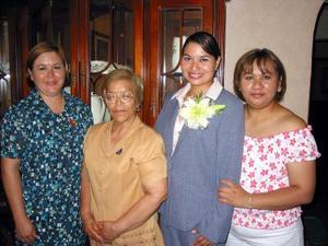 Blanca Cecilia Cabrera Flores con las anfitrionas de su fiesta prenupcual Marissa Cabrera, Verónica Cabrera y María de Jesús Flores de Cabrera.