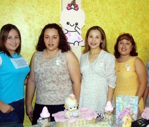 Festejaron con una fiesta de canastilla a Jéssica Leonor Martínez de De Prado, la acompañan Patricia Gisela, Alejandra Román, Blanca Aracely y Elizabeth Martínez