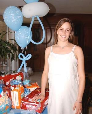 Hermosa lució Irene Karam de Fernández en la fiesta de canastilla que le ofreció recientemente un grupo de amigas.