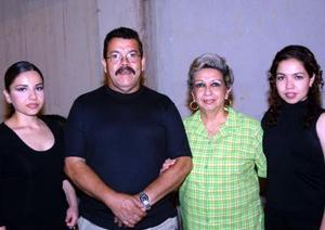 Hugo Hernández Ortiz y Lilia F. de Hernández con sus hijas Yadira y Leticia Hernández.