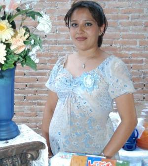 Paola Rea de Bárcena se mostró muy contenta durante la reunión que le ofrecieron por el cercano nacimiento de su bebé.