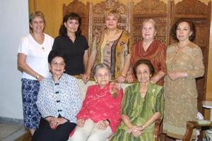 Sra. Carmen Alvarado de García de Alba con un grupo de damas asistentes a su  fiesta de cumpleaños celebrada recientemente.