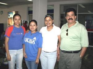 En plan vacacional se trasladaron a Ixtapa, Pablo Valles y sus hijas Érika, Jéssica y Karen Valles.