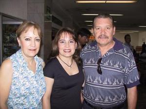 Retornó a la Ciudad de Puebla, después de visitar a su familia Gabriela González Rubio, la despidieron sus papás Patricia Martínez y Jorge González.