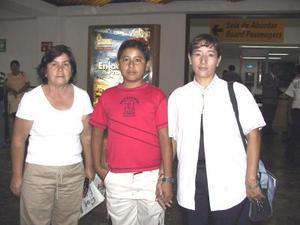 Viajaron a Ensenada B.C. Marco Antonio Guzmán Morales y su mamá Rosa Morales, fueron despedidos por la señora Natalia Meza Cabrales.