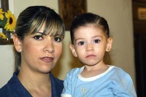 Argentina Ortiz de Pérez y su pequeña hija Ana Lucía Pérez Ortiz