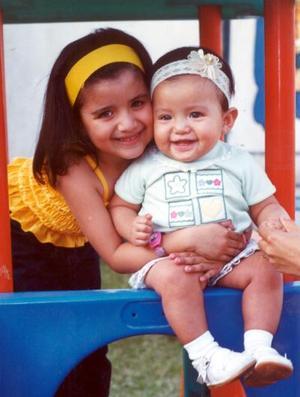 Cynthia Escobedo Uribe en su primera aniversario de vida, la acompaña su hermana Karla.