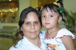 Patricia Natera y su pequeña hija María de los Ángeles.