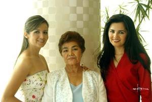 Isabel Ruiz Fernández (izq) fue festejada recientemente con una despedida de soltera, la acompañan su mamá Concepción Fernández de Ruiz y su hermana Chiquis Ruiz
