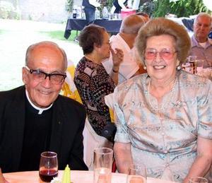 Junto al padre Rizo, Doña Lucía de Fernández.